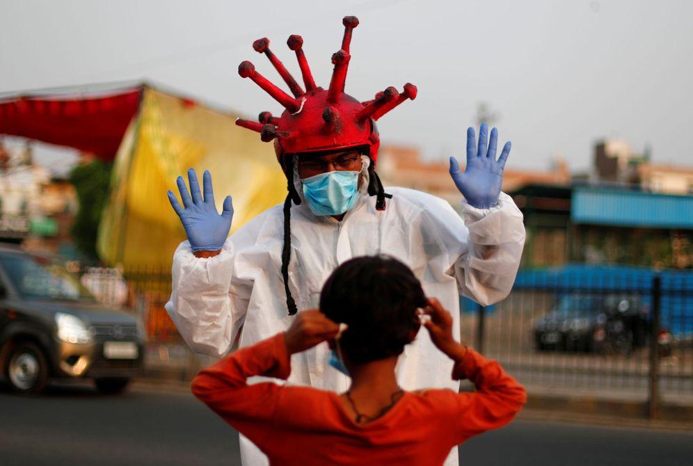 Foto: Cascos anti-covid en Nueva Delhi (Reuters)