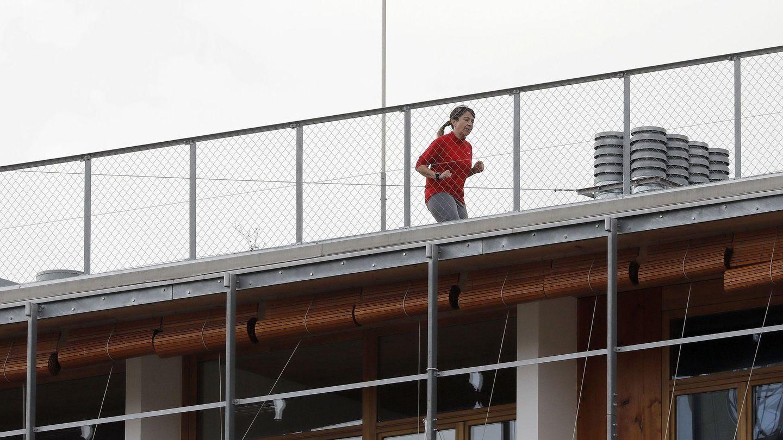 Una mujer hace ejercicio en una azotea durante el estado de alarma. (EFE)