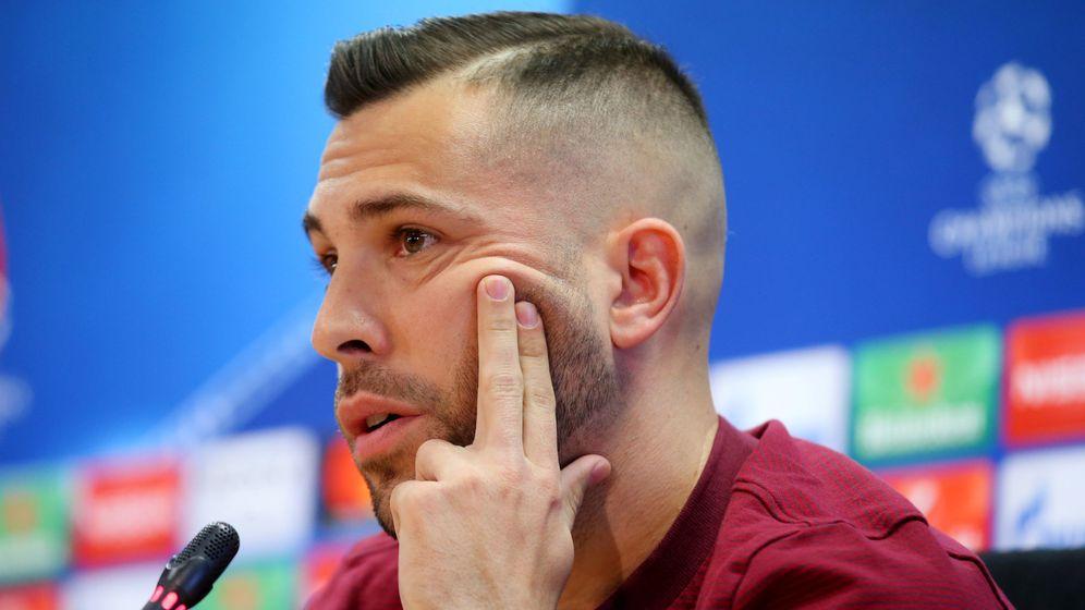 Foto: Jordi Alba presta atención durante una comparecencia ante la prensa antes de un partido de la Champions. (Reuters)