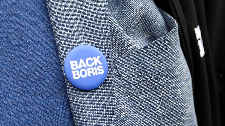 Foto: Una chapa a favor de Boris Johnson con el lema Apoya a Boris. (Reuters)