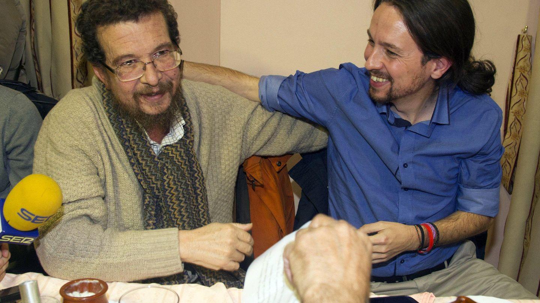 El secretario general de Podemos, Pablo Iglesias, acompañado por su padre, Javier Iglesias.(EFE)
