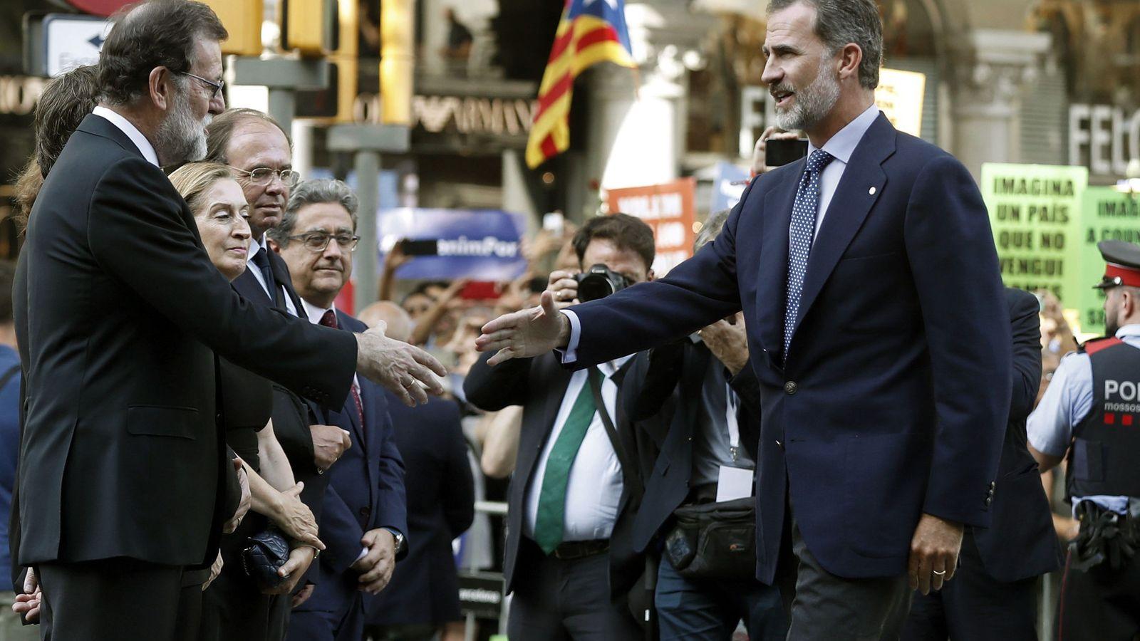 Foto:  El rey Felipe VI (d) saluda al presidente del Gobierno Mariano Rajoy (i) durante la manifestación contra los atentados yihadistas en Cataluña. (EFE)