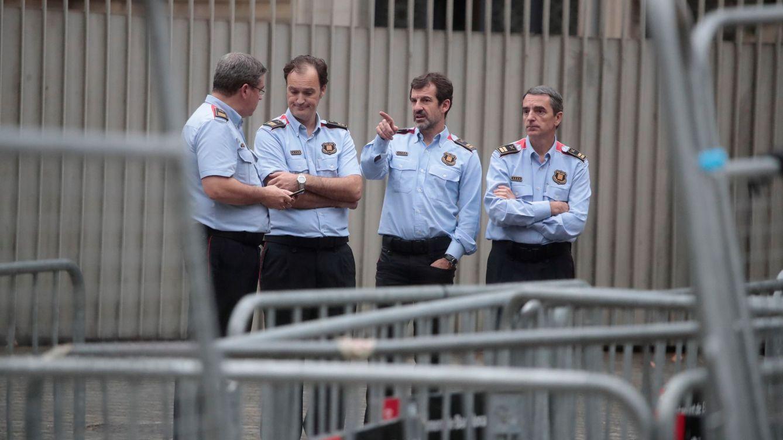 Los Mossos investigan quién ha quemado y tapado radares con lemas independentistas