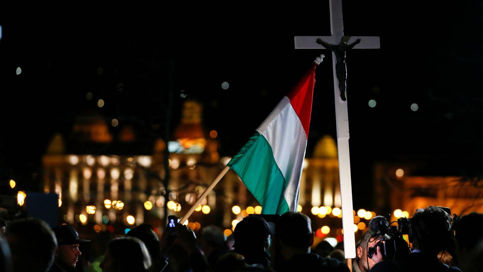 Foto: Votantes del partido Fidesz durante el anuncio de los resultados preliminares de las elecciones, en Budapest. (Reuters)