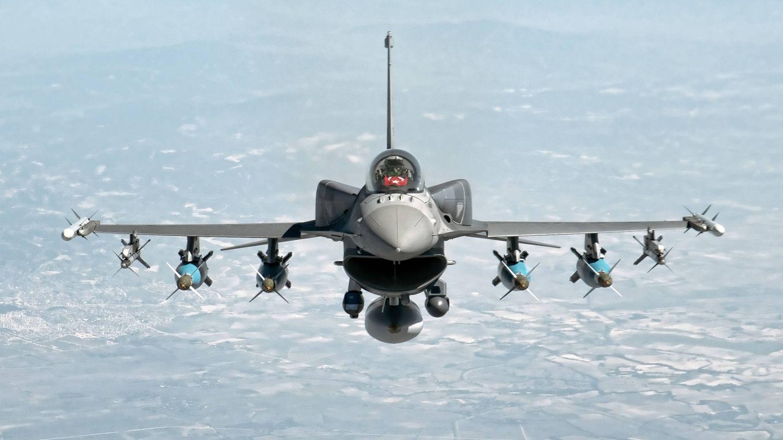 F-16 C Blok 50 con depo?sitos conformados. (TAF)