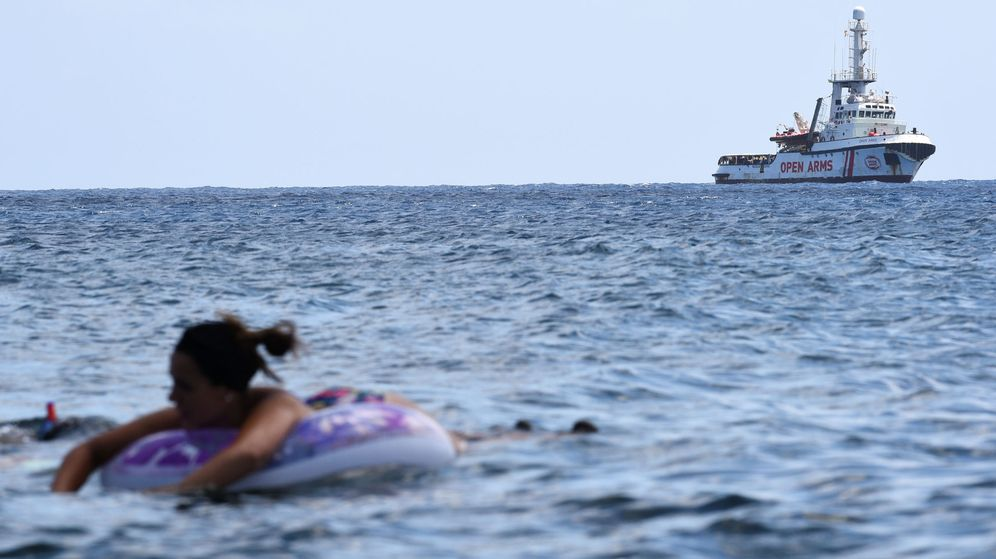 Foto: El barco Open Arms, a escasa distancia de Lampedusa. (Reuters)