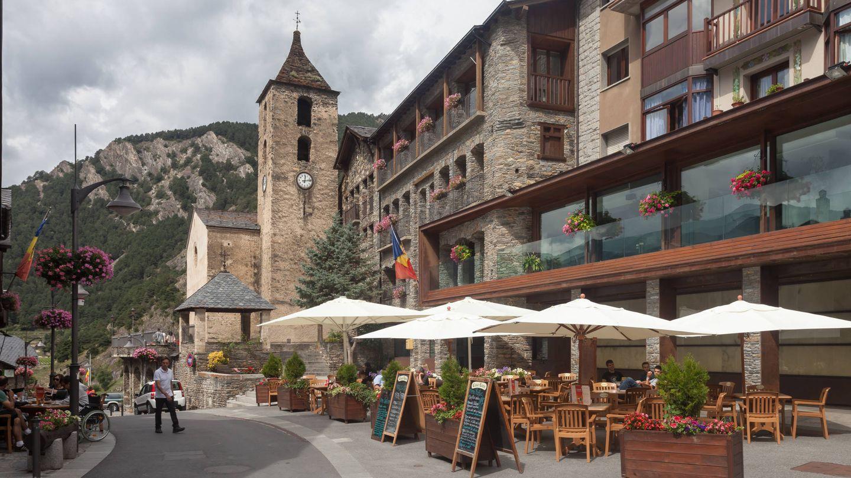 Una de las calles comerciales de Ordino. (L. M. Bugallo)