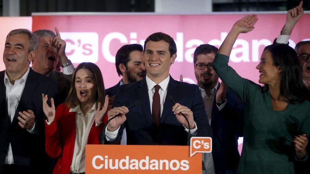 Foto: El líder de Ciudadanos, Albert Rivera, valora los resultados de las elecciones del 20 de diciembre rodeado de su equipo. (Reuters)