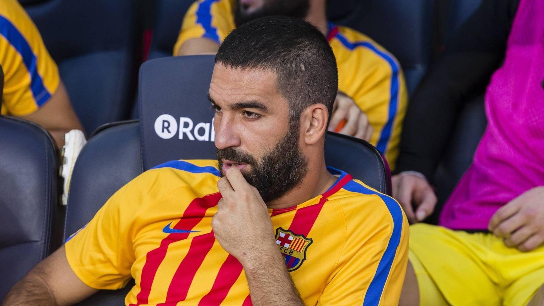 Arda Turan, en el banquillo durante un partido con el Barcelona. (Cordon Press)