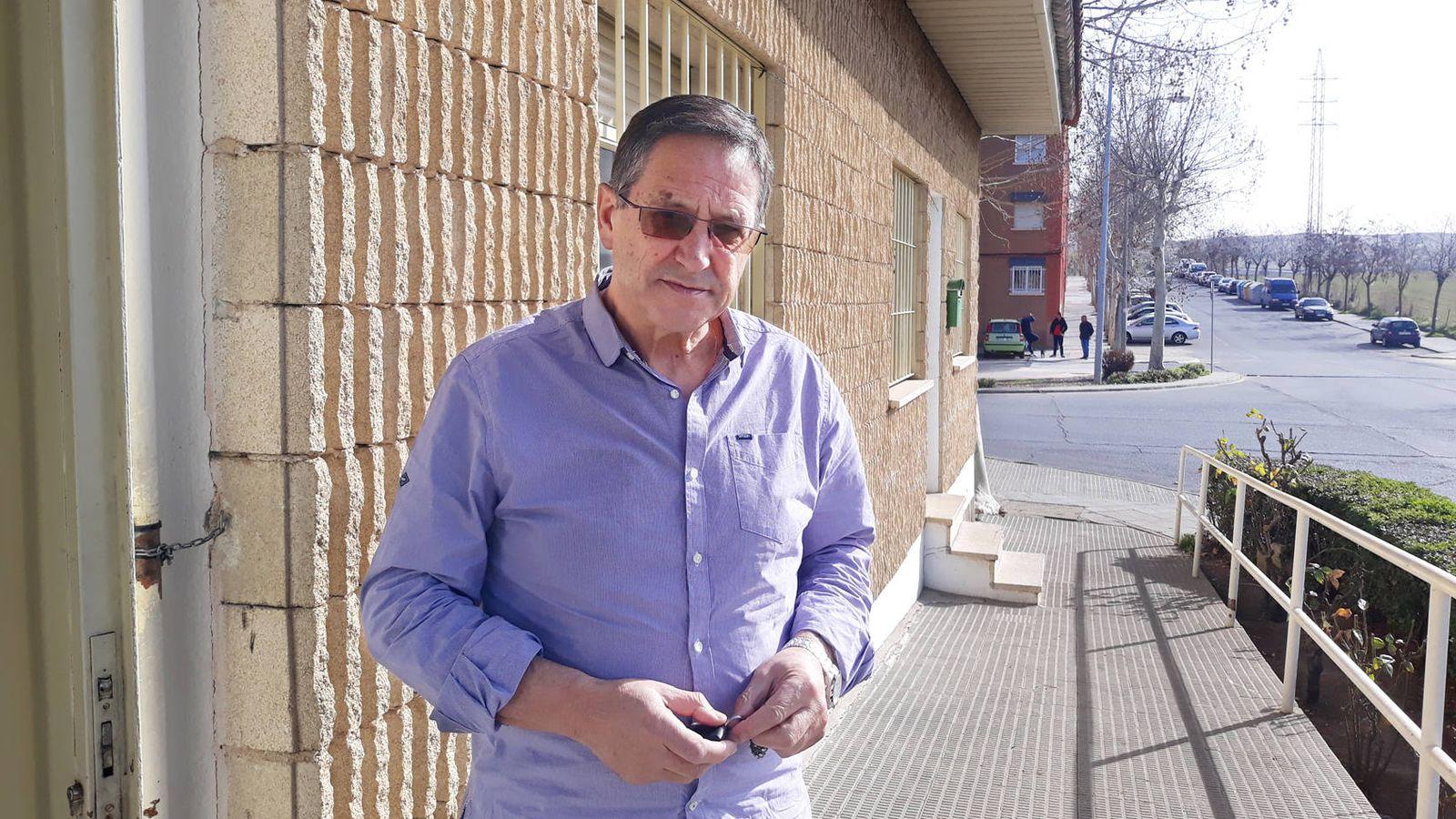 Foto:  El cura Emiliano de Tapia, en el barrio de Buenos Aires. (D. B.)