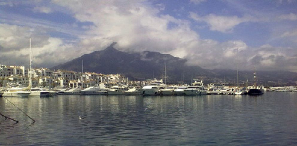 Foto: Limpiar Puerto Banús, el puerto más 'chic' de Europa, cuesta 260.000 euros