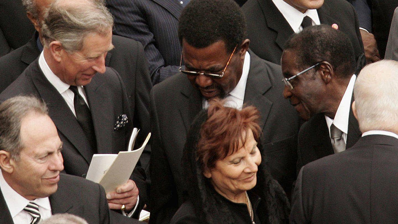 El príncipe Carlos, con el presidente de Zimbaue, Robert Mugabe. Estuvo acompañado por Tony Blair y su mujer. (Getty)