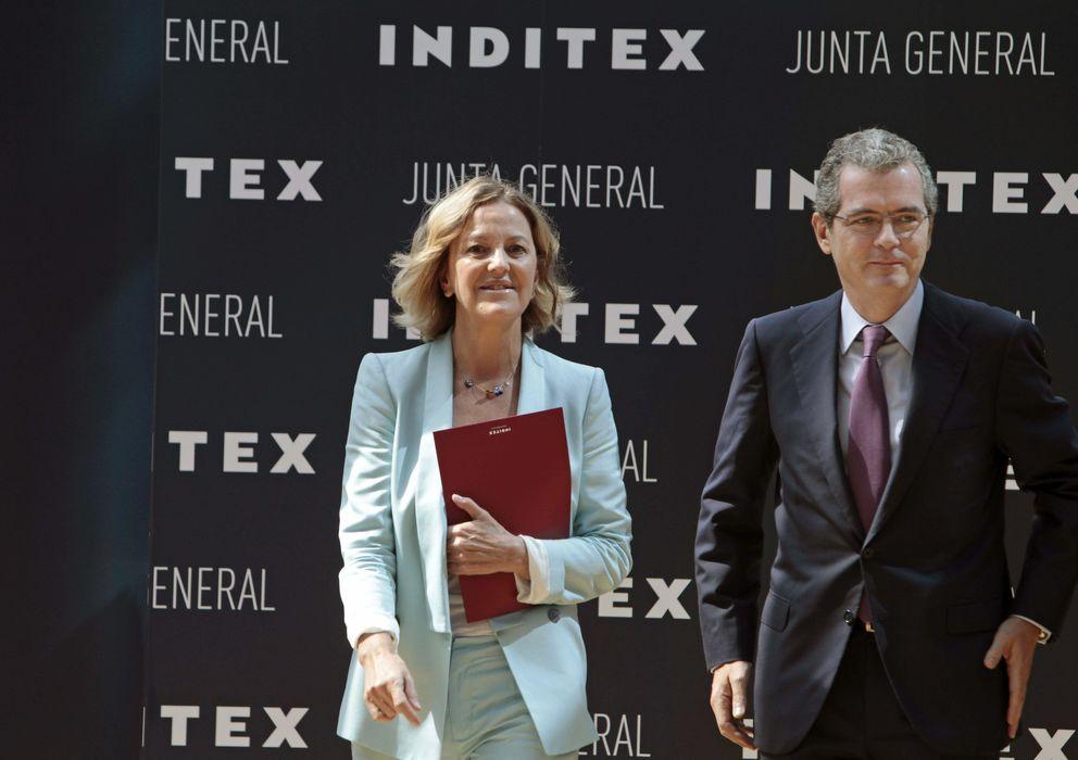 Foto: El presidente del grupo Inditex, Pablo Isla (c), acompañado por Flora Pérez, esposa de Amancio Ortega. (EFE)
