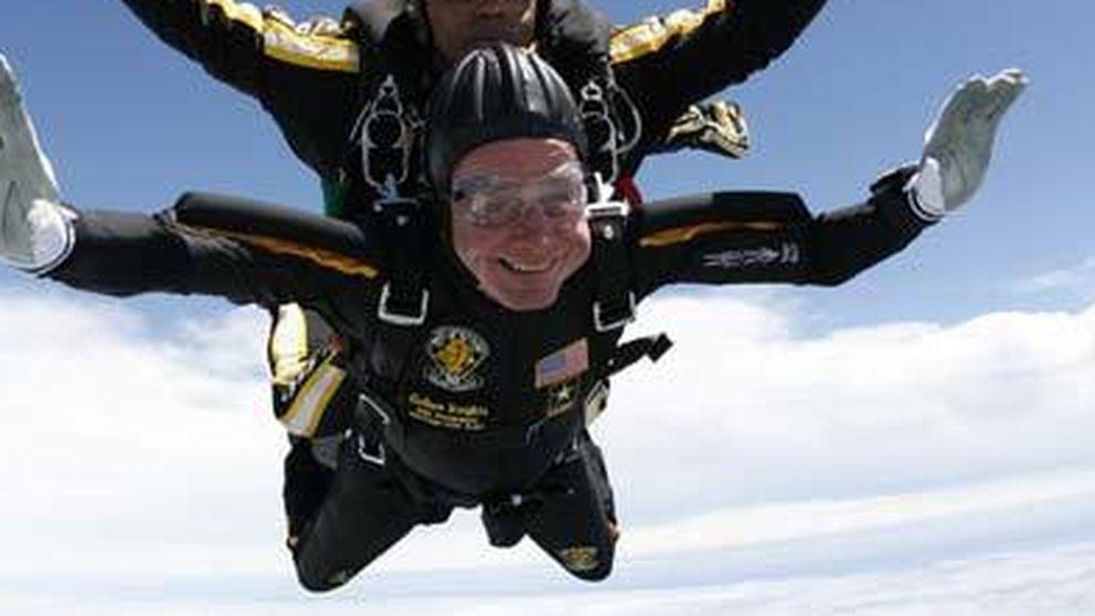 George Bush salta en paracaídas por sus 90 años