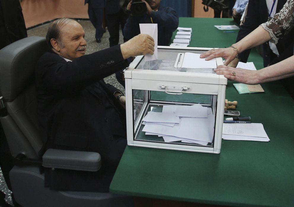 Foto: El presidente argelino y candidato a la reelección, Abdelaziz Bouteflika (c), vota en silla de ruedas en el colegio electoral Sheij Bachir (Efe)