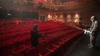 Las autoridades surcoreanas desinfectan un teatro en Seúl en la segunda oleada
