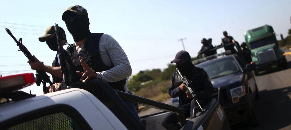 Foto: Miembros de las autodefensas de Michoacán con efectivos de la Policía en las afueras de Apatzingan, Michoacán (Reuters).