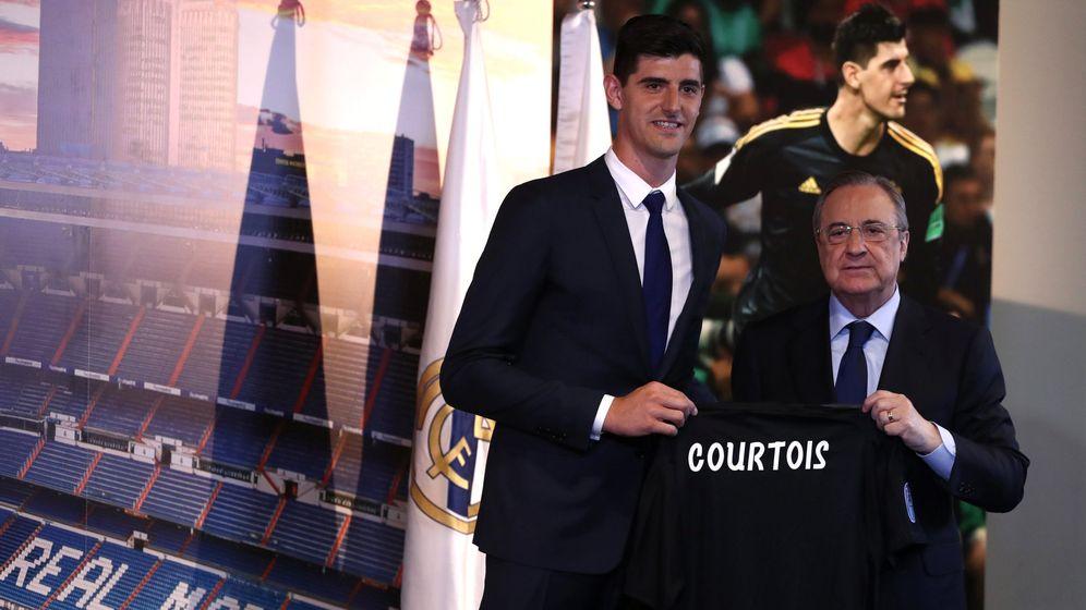 Foto: Thibaut Courtois junto a Florentino Pérez. (EFE)