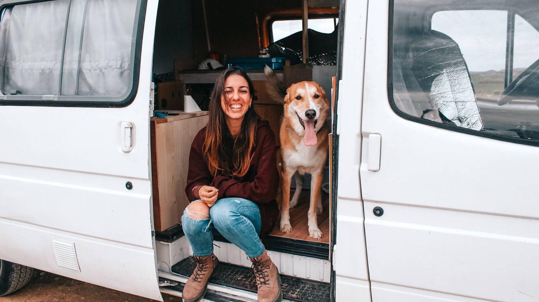 Brenda con su perro en su furgoneta. (B. M.)