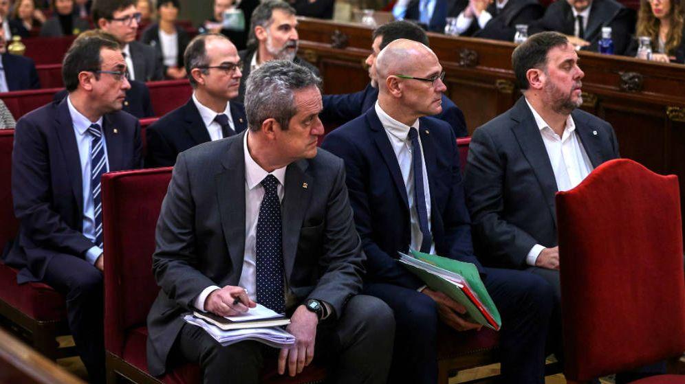 Foto: El exvicepresidente de la Generalitat Oriol Junqueras (d); el exconsejero de Asuntos Exteriores Raül Romeva (c), y el exconsejero de Interior Joaquim Forn (i), junto al resto de los acusados. (EFE)