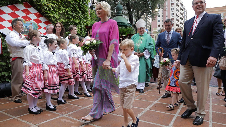 Charlène y Alberto de Mónaco, con sus hijos el pasado viernes. (EFE)