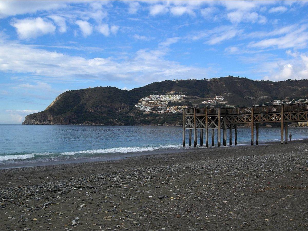 Foto: Playa de La Herradura. (Wikimedia Commons)