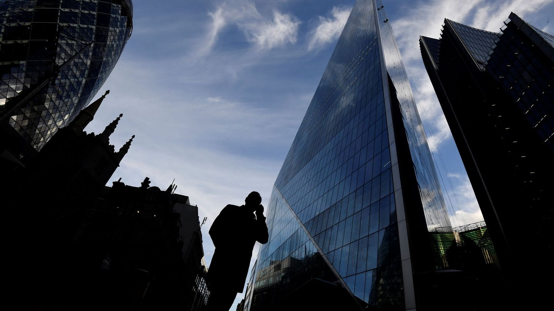 Una persona habla por teléfono en la City de Londres. (Reuters)