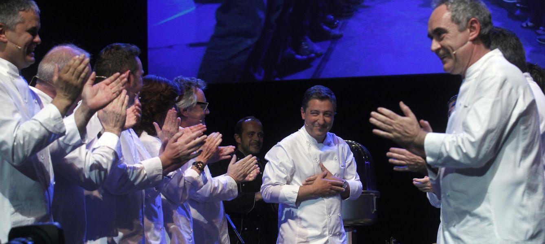 Foto: Ferran Adria y otros chefs aplauden a Joan Roca, cocinero jefe del mejor restaurante del mundo. (iStock)