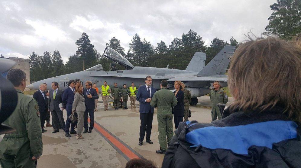 Foto: El presidente del Gobierno, Mariano Rajoy, visita a los militares desplegados en Estonia. (EC)