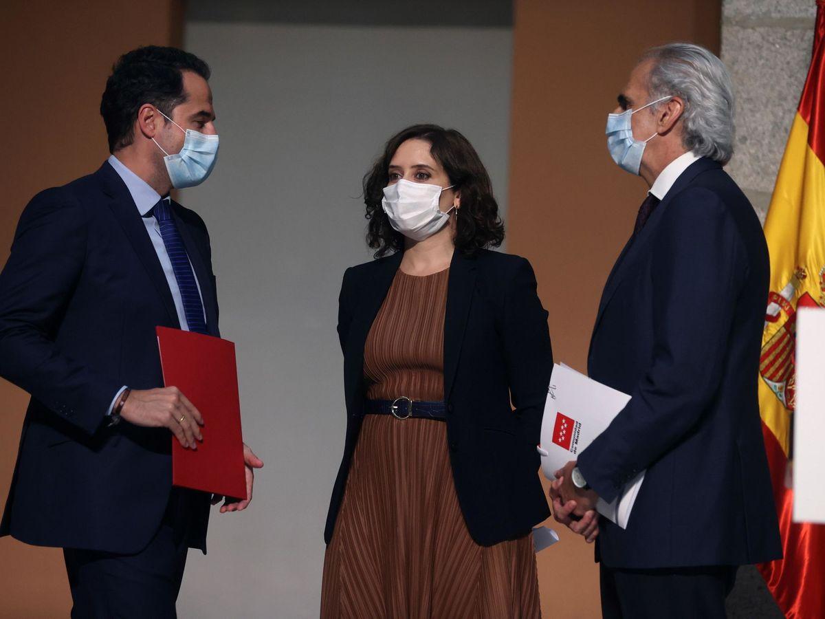 Foto:  La presidenta madrileña, Isabel Díaz Ayuso, el vicepresidente madrileño, Ignacio Aguado (izda), y el consejero de Sanidad de Madrid, Enrique Ruiz. (EFE)