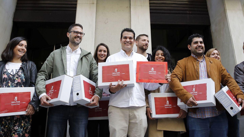 Nino Torre (c), el pasado 4 de mayo, en la entrega de avales de Susana Díaz. Detrás de él, a su izquierda, Omar Anguita. (EFE)