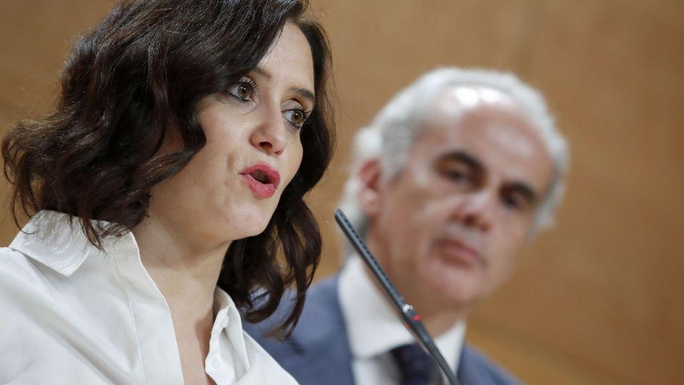Foto: La presidenta de la Comunidad de Madrid, Isabel Díaz Ayuso, junto al consejero de Sanidad, Enrique Ruiz Escudero. (EFE)