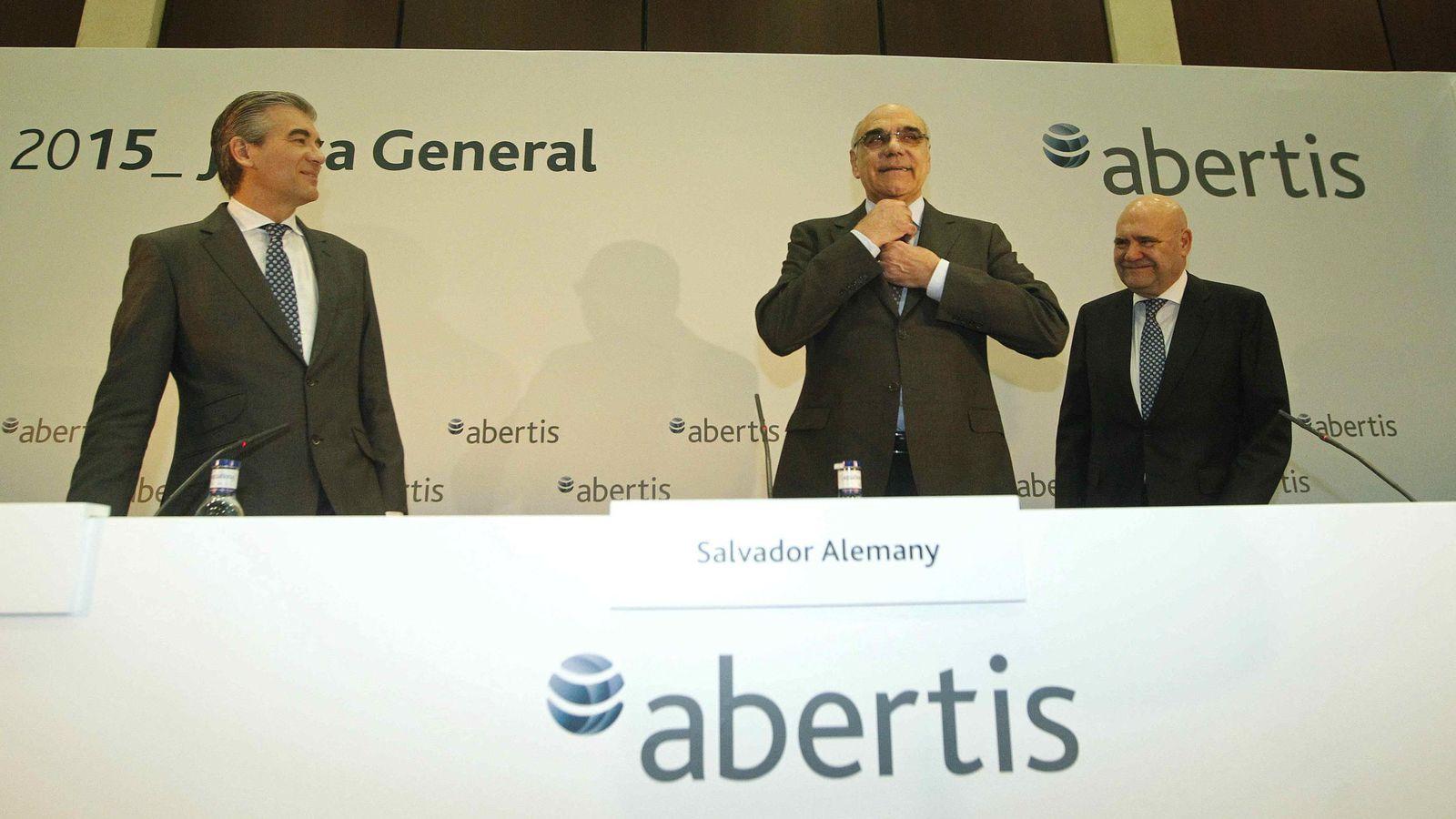 Foto: El presidente de Abertis, Salvador Alemany (c), acompañado del vicepresidente y consejero delegado, Francisco Reynés (i), y el director de Comunicación, Juan M. Fernández Puértolas (d), durante una rueda de prensa (EFE)