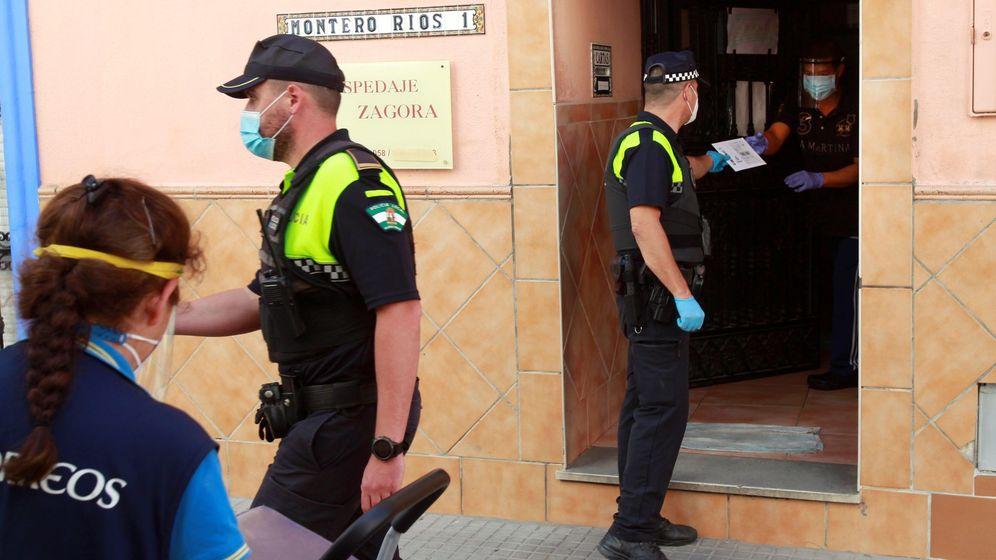 Foto: Un policía local en la pensión Zagora en Algeciras, que se encuentra aislada por un brote de coronavirus. (EFE)