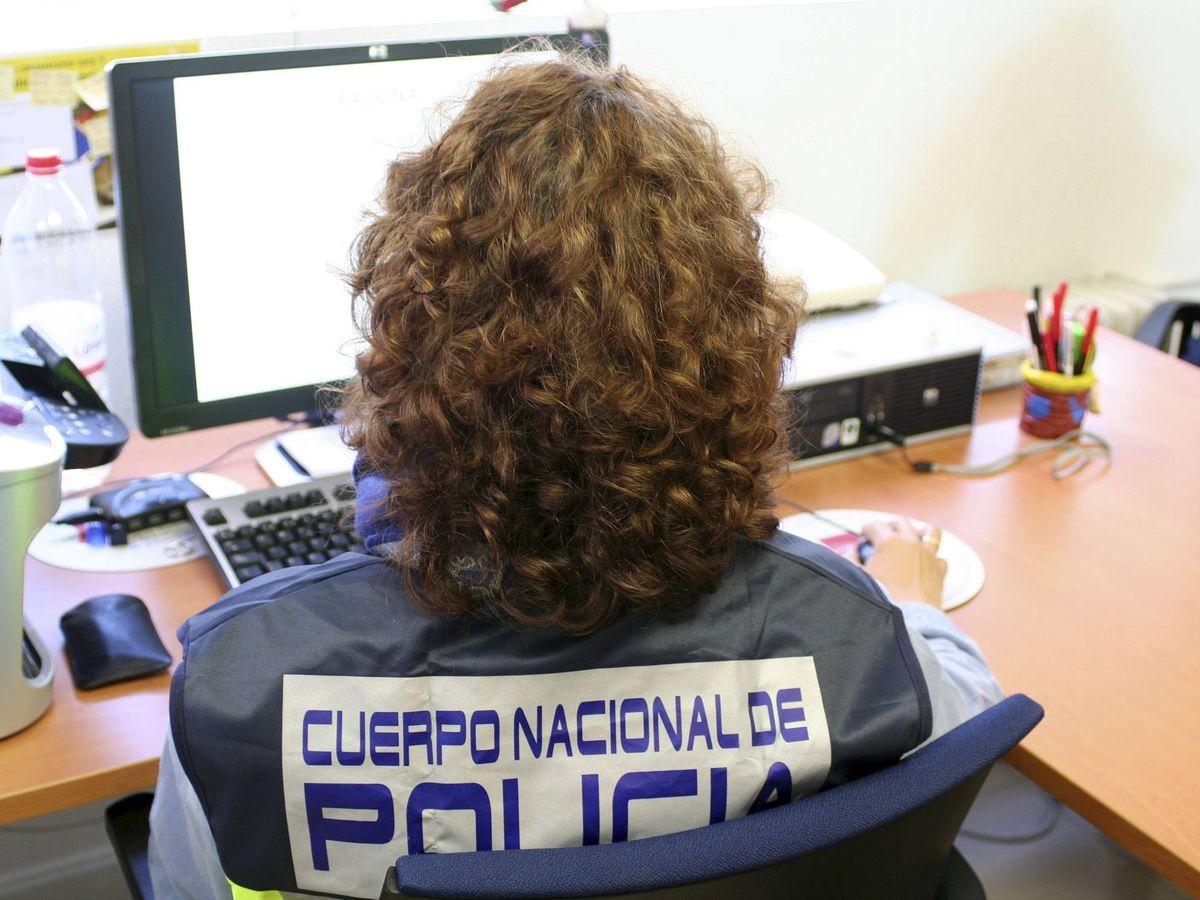 Foto: Uno de los miembros de la Brigada de Investigación Tecnológica de la Policía Nacional. (EFE)