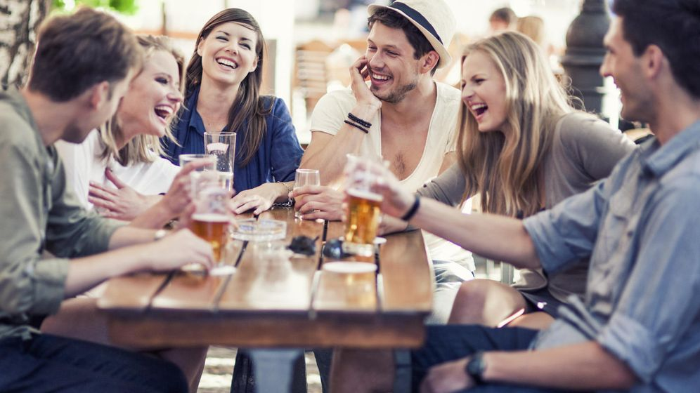 Foto: Tomarte unas cañas con los amigos es media vida. (iStock)