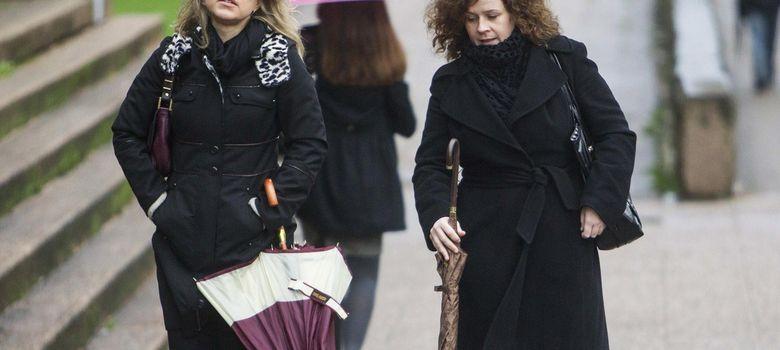 Foto: Las profesoras de música de la niña Asunta Basterra, a su llegada hoy al juzgado de Santiago de Compostela. (EFE)