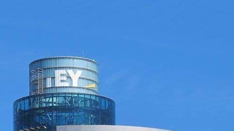 EY corona la City madrileña y lleva su logo a lo más alto de la torre de El Corte Inglés