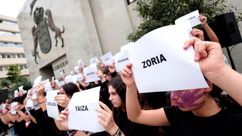 Foto: Jóvenes muestran hojas con los nombres de las víctimas de violencia de género en España en 2019. (EFE)