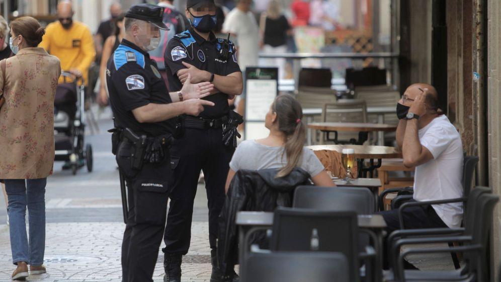 Foto: La policía controla la prohibición de fumar en Galicia (EFE)