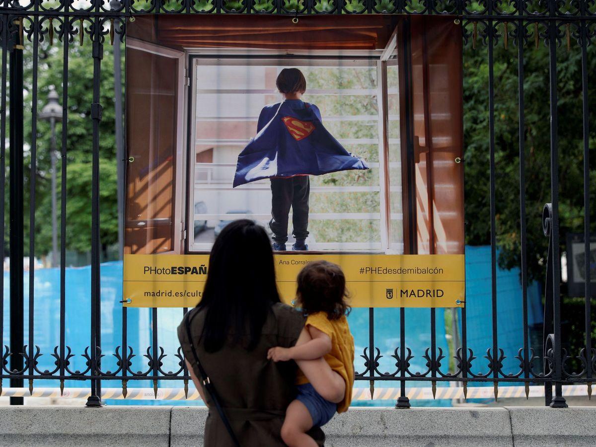 Foto: Una mujer con su hijo en el Retiro en Madrid. (EFE)