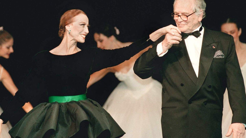 Con la bailarina Maya Plisetskaya, en un desfile en 1998. (EFE)