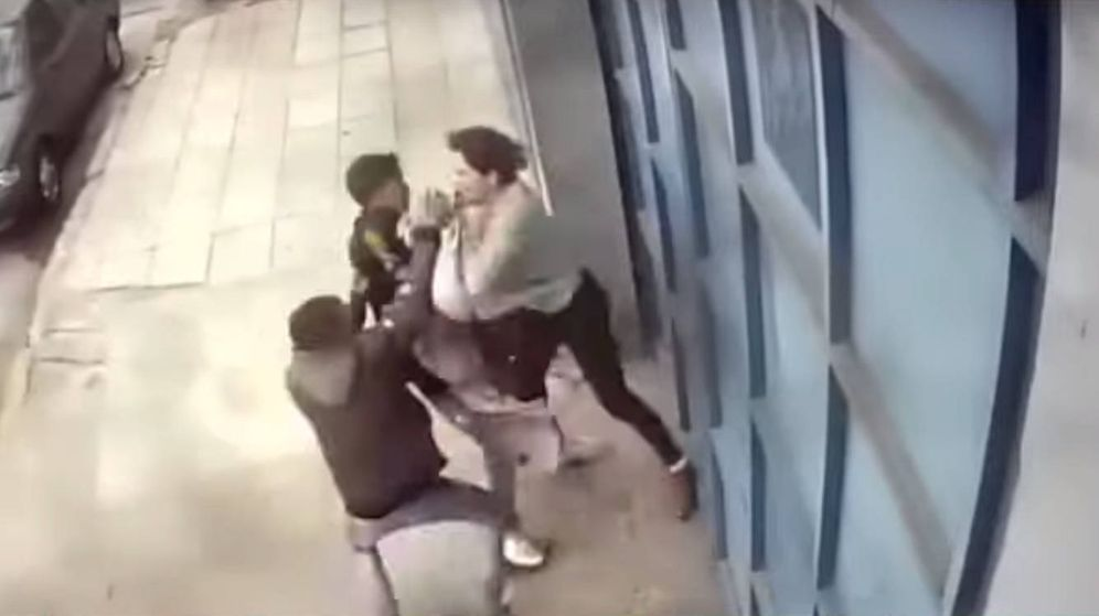Foto: La mujer se resistió, pero no pudo evitar finalmente el robo (Foto: YouTube)