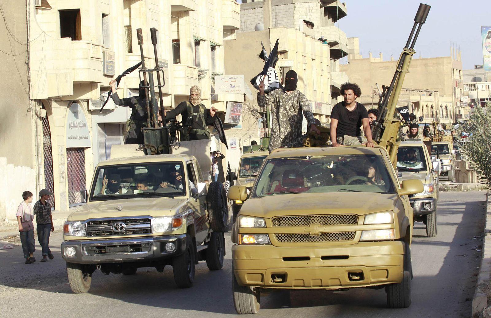 Foto: Combatientes del Estado Islámico durante un desfile del grupo en las calles de Raqqa, Siria (Reuters)