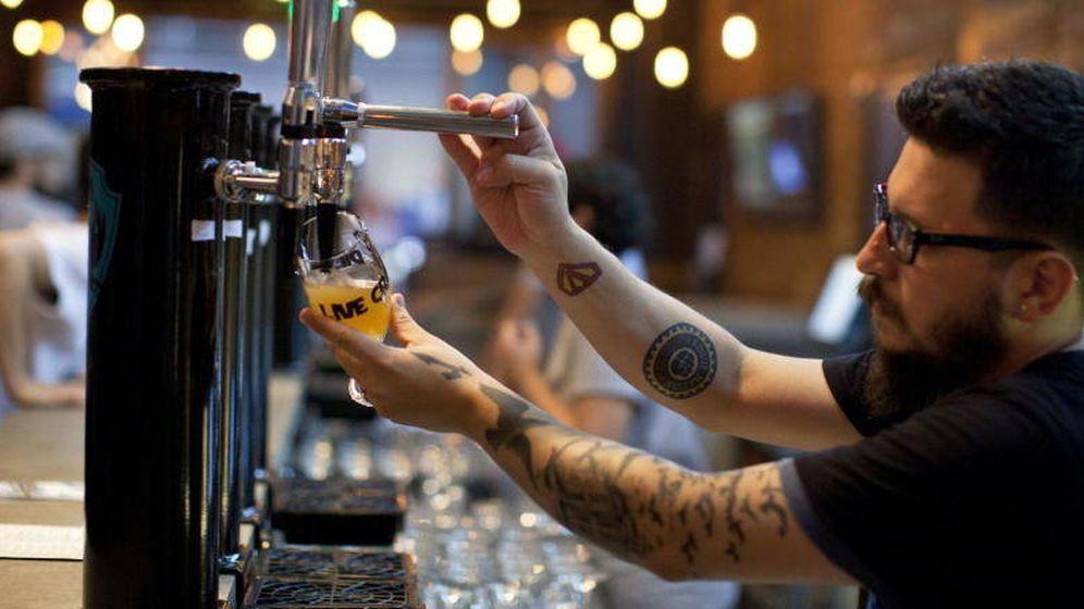 Foto: Un camarero, en una cervecería. (EFE)