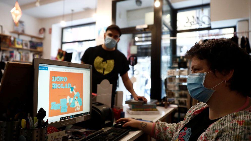 Foto: Una tienda de discos abierta en Madrid durante el confinamiento. (EFE)