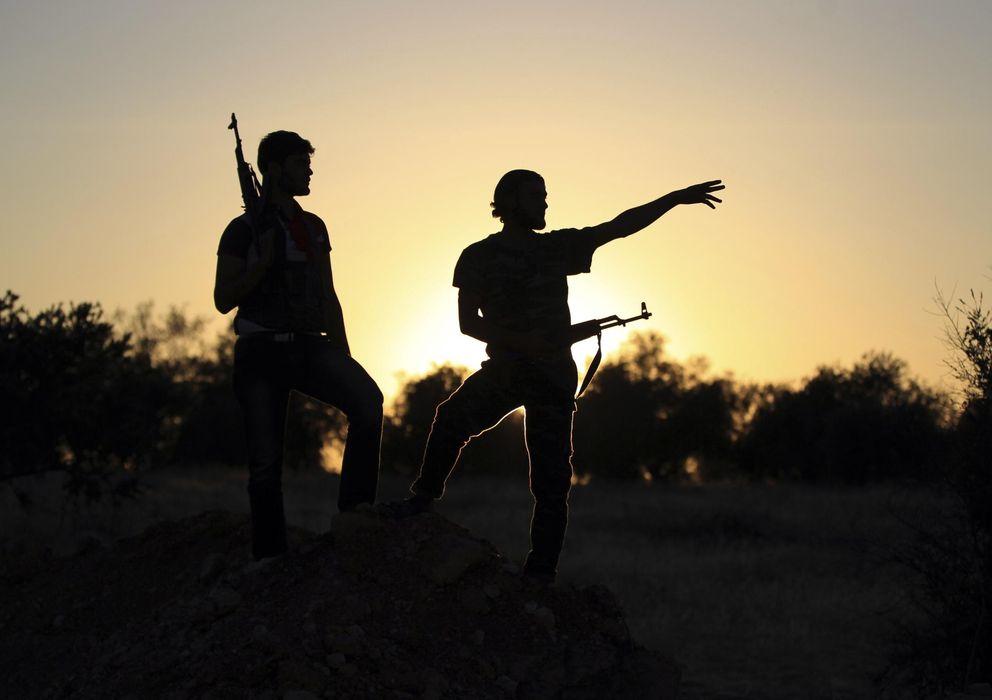 Foto: Dos combatientes del Ejército Libre Sirio (ELS) observan el frente de Wadi Al-Daif, en la provincia siria de Idlib. (Reuters)