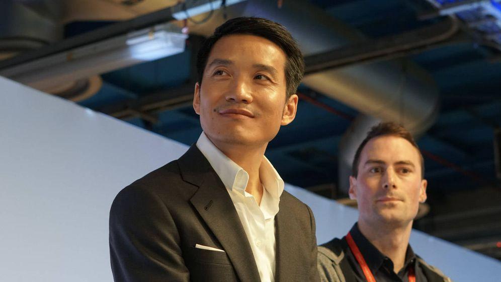 Foto: Pete Lau, escoltado por su traductor de confianza. Foto: M. Mcloughlin.