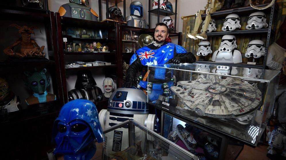 Foto: Un fanático australiano de Star Wars posa con su colección. (Efe)