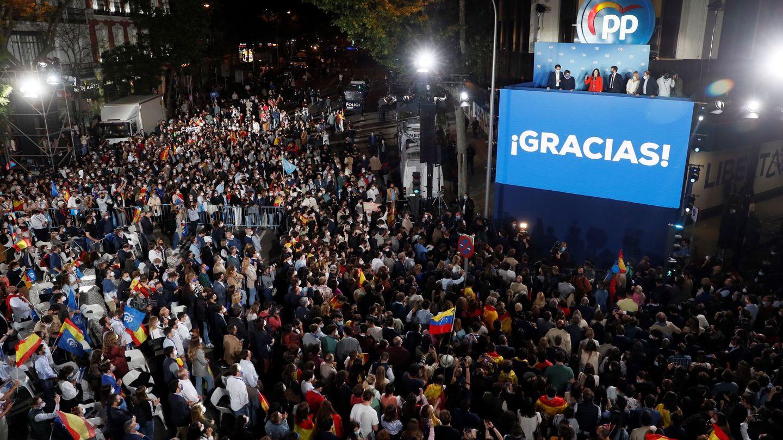 El balcón de la sede del PP en la calle Génova, tras los comicios autonómicos madrileños. (EFE)